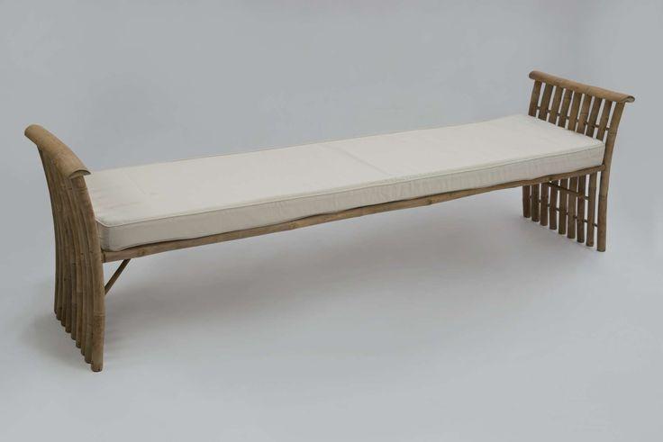 Kenzo Bench, Παγκάκι μπαμπού σε φυσικό χρώμα, έως 4 άτομα.                          Συνοδεύεται από λευκό μαξιλάρι.