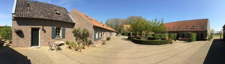Op deze Limburgse hoeve is plek voor 4-14 personen. Zwembad om de hoek, restaurant dichtbij .... en lekker spelen op de binnenplaats en de speeltuin die voor de hoeve ligt.