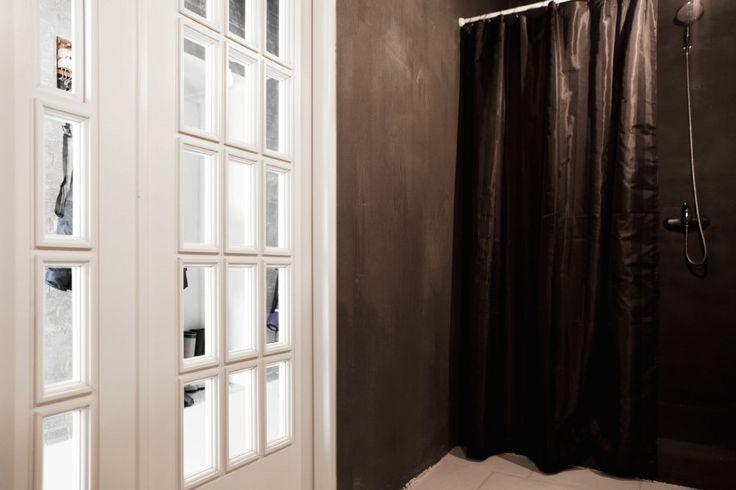 темные шторы в ванну