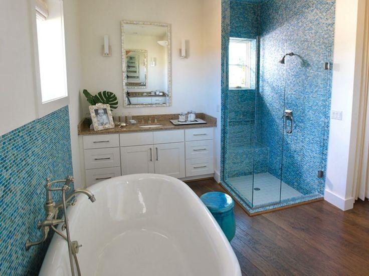 salle de bain blanche avec plancher en bois et mosaïque bleue
