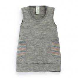 Nöstebarn.  Ny modell! Knälång klänning i tunn 100% merinoull med breda muddar nedtill och fickor i randigt tyg. Färgerna i ränderna motsvarar färgerna på flera av våra tröjor och bodies i ull.
