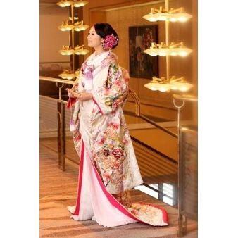BRIDAL KAWAGUCHI(川口貸衣裳):【人気の白の打ち掛け】淡い紫色が和の上品さを好む花嫁の心をくすぐる打ち掛け