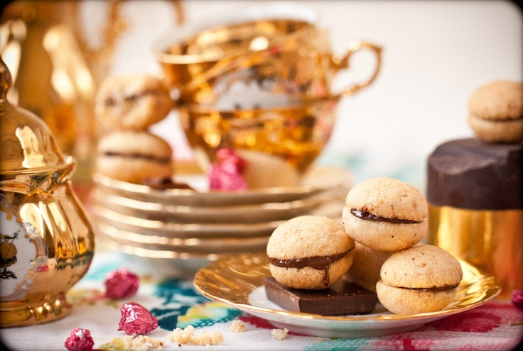 Roasted hazelnut.    Buttery.     A hint of Chocolate.    crumbly     Its all a cookie should be.
