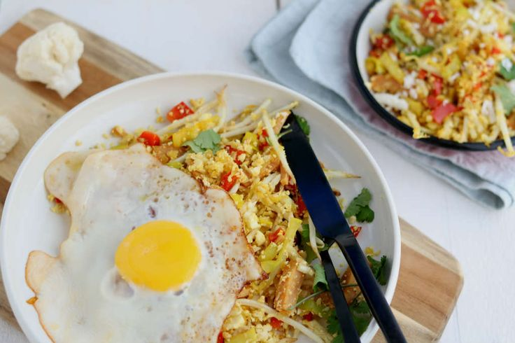 Voor als je graag meer groente wilt eten of minder koolhydraten dan is deze bloemkool nasi met ei een uitkomst. Je mist de rijst niet eens. Super!