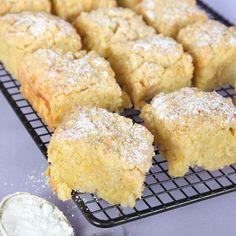 En blandning mellan sockerkaka och paj med ett mjukt, saftigt innanmäte och en frasig pajliknande yta.