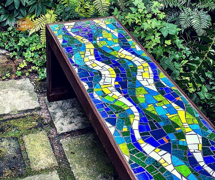 Un connubio inedito e affascinante: panca in corten con seduta a mosaico. Per arredare con stile ed eleganza. #IlGiardinodiCorten #corten
