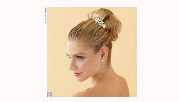Coque com os fios todos puxados para trás: penteado de noiva chique.