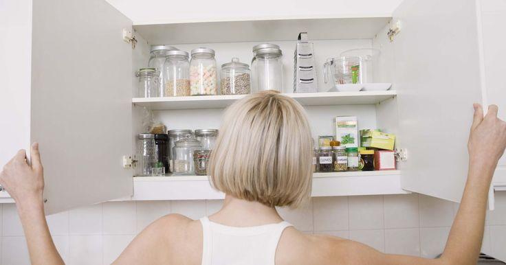 Como pintar armários de cozinha fora de moda. Armários fora de moda podem arruinar todo o resto da decoração da cozinha. Por sorte, é possível dar nova vida à sua cozinha aplicando uma nova camada de tinta nos armários. Considere usar uma cor sólida ao invés de tingimento para dar uma aparência mais limpa e moderna à sua cozinha.