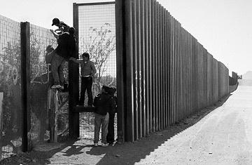 The Great Wall of America - TIME A l'ouest de Nazco Arizona, des immigrants illégaux passent la frontière en escaladant le grillage (avec un enfant de 10 ans).