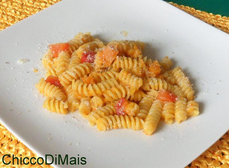 Pasta con crema di zucca e peperoni (ricetta vegetariana). Ricetta veloce per preparare la pastasciutta con un condimento cremoso di zucca e peperoni