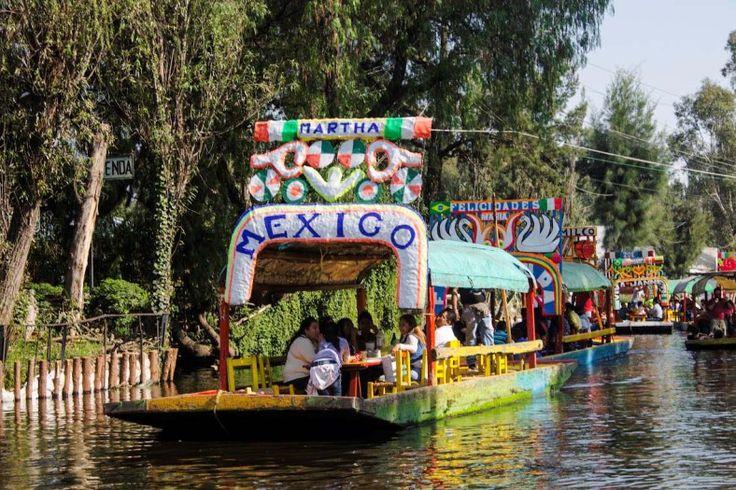 Ciudad de México 30 de Nov 2015.- Capitalinos y extranjeros podrán disfrutar de un paseo en trajineras acompañado con música de mariachis y marimba en los coloridos canales de Xochimilco México para aprovechar los días de asueto decembrinos.  @Candidman   #Fotos Mexico Candidman Foto del día Trajineras Turismo Xochimilco @candidman