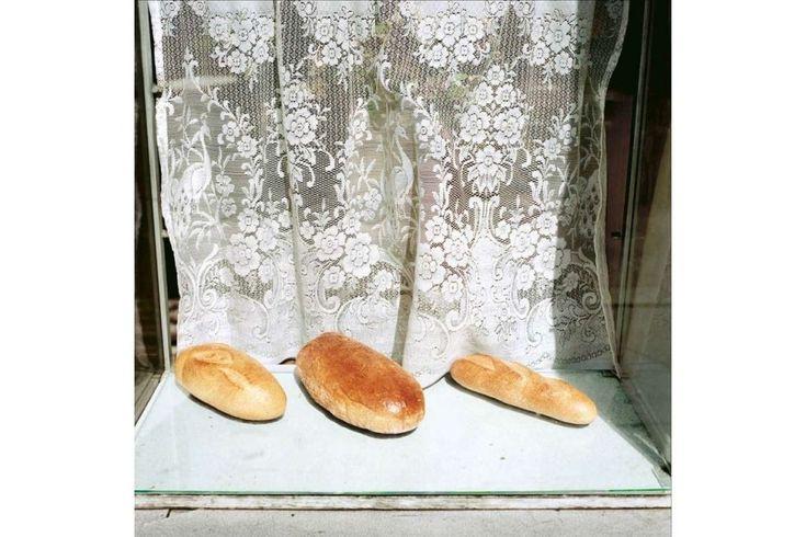 Bochenki chleba na wystawie w Krakowie, 1988 r.