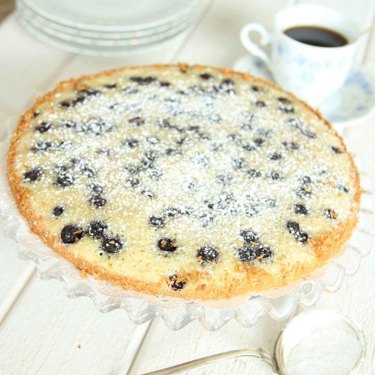 Ljus kladdkaka med läckra blåbär i smeten.