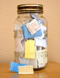 Commencez l'année avec un bocal vide. A chaque fois que quelque chose de bien arrive, notez le sur un petit bout de papier. Au nouvel an suivant, lisez les papiers. - Start the year with an empty jar and fill it with notes about good things that happen. Then, on New Year's Eve, empty it and see what awesome stuff happened that year. I think it'll be a good way for me to keep stuff in perspective.