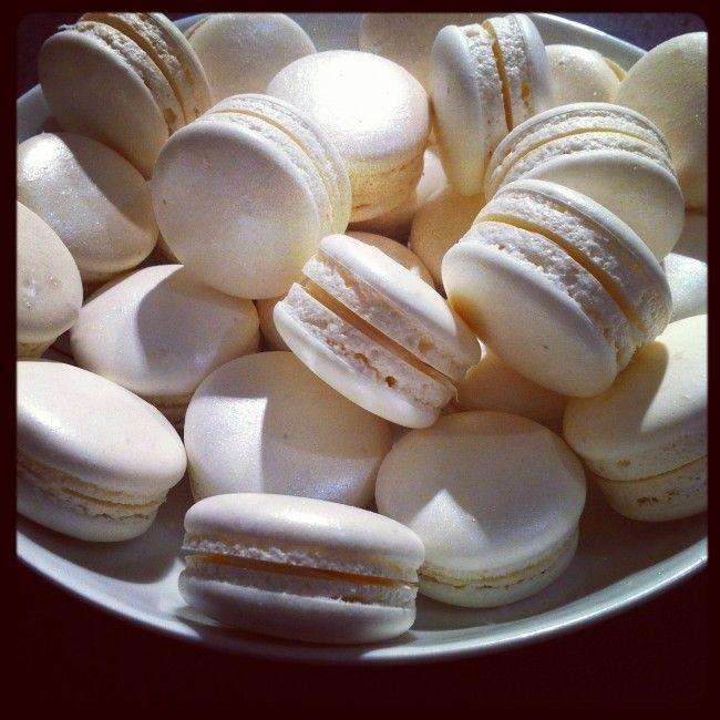 Bonjour, Des nouveaux macarons au chocolat blanc que j'ai testé pour un mariage. Une ganache simple et facile à faire. Des coques réalisés comme d'habitude à la meringue italienne et recouverte de poudre alimentaire nacrée pour un effet festif. La recette...