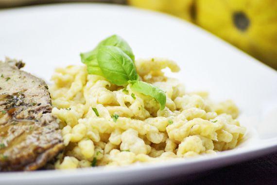 Das Rezept von den #Kürbisspätzle passt perfekt in eine klare Suppe. Eine Vorspeise im Herbst.