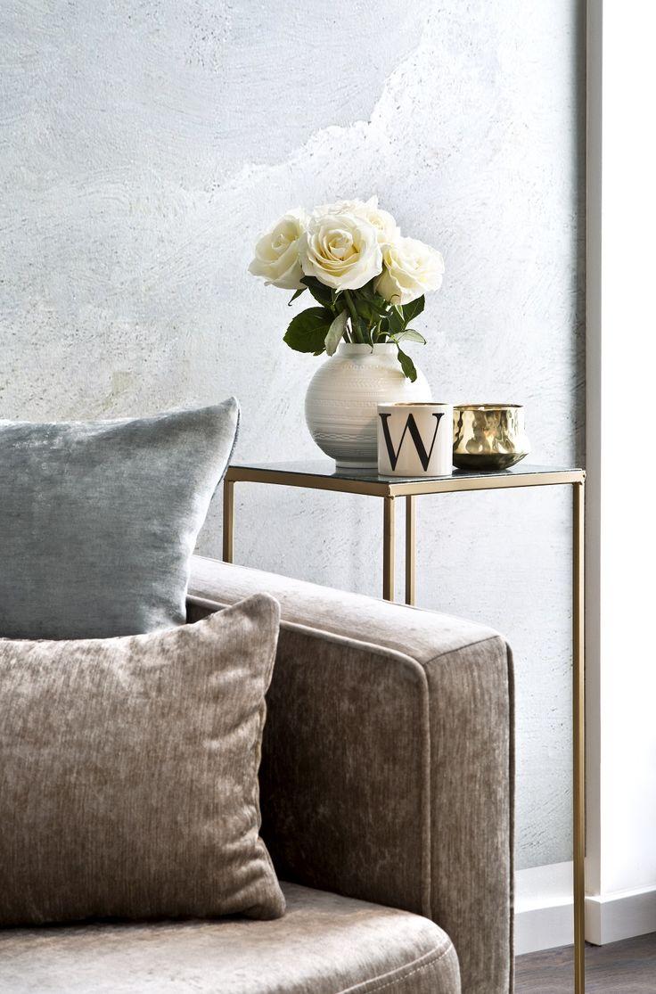 So funktioniert der Look » Retro Glam «: Fifties Charme trifft auf Art déco-Glamour! In diesem Lounge-Look sorgen Möbel im Retro-Design für stilvolles Nostalgie-Feeling, edler Samt sowie frische Blumen und goldene Details schaffen ein elegantes Wohlfühl-Ambiente. // Samt Sofa Beistelltisch Gold Deko Dekorieren Duftkerze