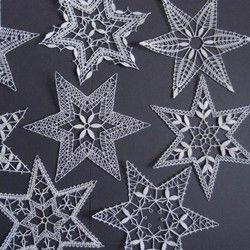 Hvězdy z bílých bavlněných nití - sada na vánoční stromek. Paličkovala Jaroslava Jedlinská.
