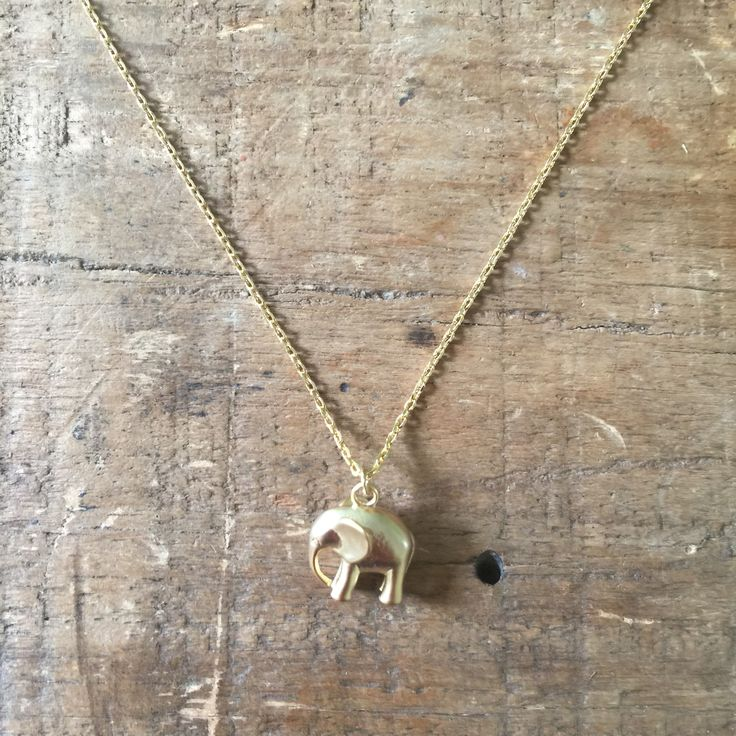 Een olifant hanger aan een ketting van goud effect.   Gemaakt van messing met een geborsteld metalen effect. Ketting meet 41cm met verlengstuk van 5cm. Nikkelvrij. Gratis leiden. Cadmium vrij.