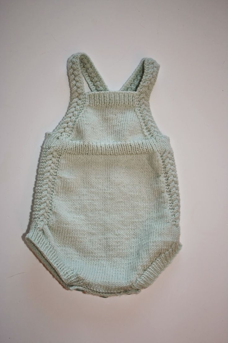 Strikkeguri sine strikkerier: Vintage babyromper med nydelige fletter