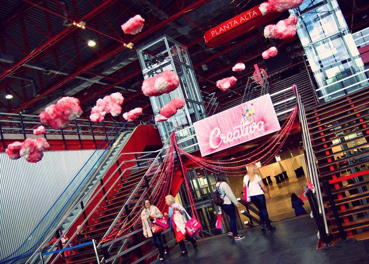 Entrada de los salones #Creativa #Madrid  #event #evento #feria #tradefairs #nubes #cartel #trapillo #trenzar #creativa #rosa #latarara