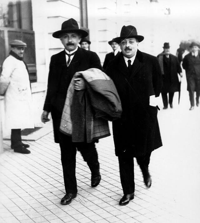 Ee 1923, Albert Einstein llega a Madrid. Aquí le vemos paseando por la capital.