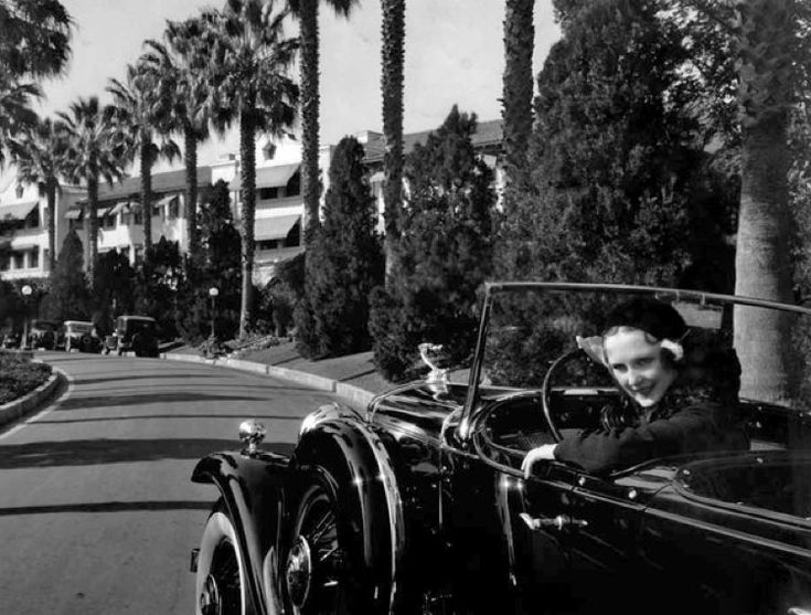 Actress Dorothy Jordan arrives at the hotel in 1935.