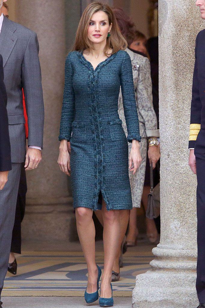 Madrid, diciembre 2014. Para la entrega de los Premios Nacionales del deporte la reina Letizia ha repetido un look que habíamos visto muy recientemente. Se trata del Felipe Varela en color verde azulado que lució el Día de la Hispanidad, un vestido con forma de abrigo muy entallado y en verde azulado.