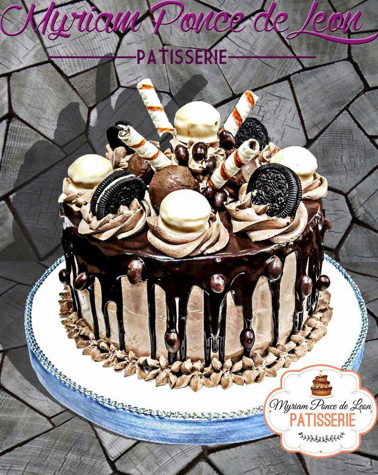 Pastel de chocolate y golosinas