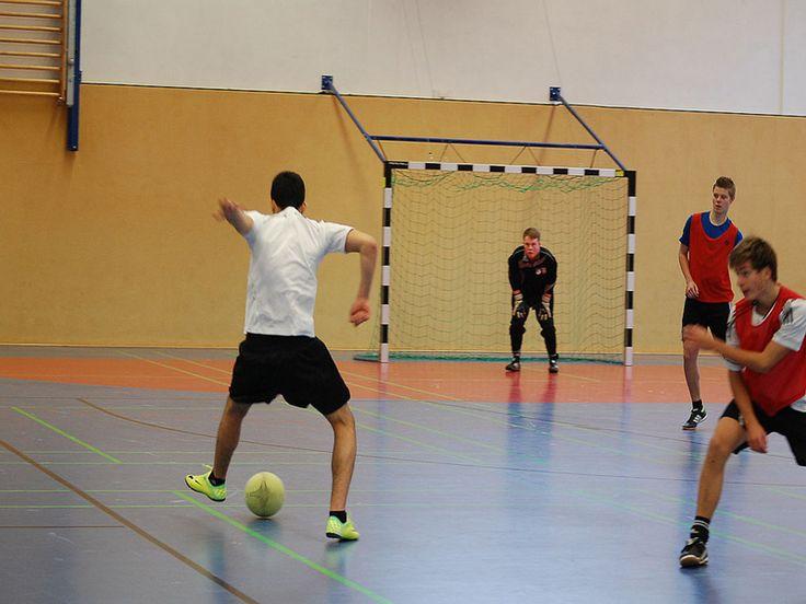"""O Clube Escola Pirituba oferece prática aberta de Futsal masculino voltada para diversas idades. O espaço disponibiliza os seguintes horários: Entre 13 e 17 anos: De quinta-feira, das 15h15 às 17h. Entre 14 e 17 anos: De terça-feira, das 15h15 às 17h, e de quinta-feira, das 18h30 às 19h30. Acima de 17 anos: De quarta...<br /><a class=""""more-link"""" href=""""https://catracalivre.com.br/sp/saude-bem-estar/gratis/futsal-masculino-clube-escola-pirituba/"""">Continue lendo »</a>"""