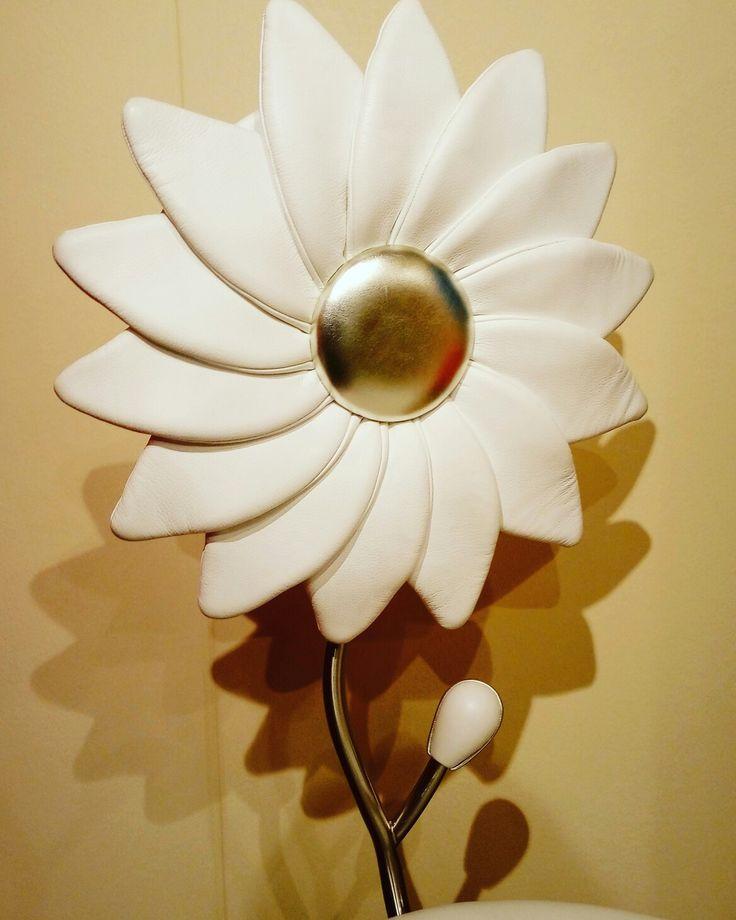 Sedia margherita in pelle bianca  Non sono solo sedie ma sculture Schienale alto a forma di fiore