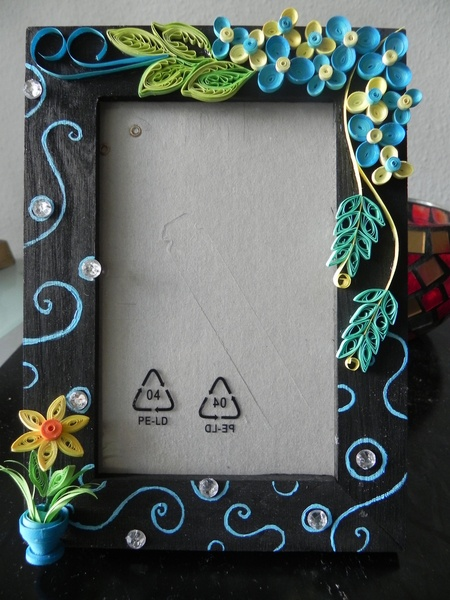 Beautiful handcrafted photo frame with quilled 3D design.