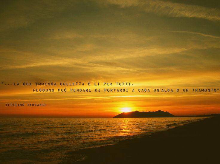"""""""...la sua immensa bellezza è lì per tutti. Nessuno può pensare di portarsi a casa un'alba o un tramonto"""" Tiziano Terzani #quotes #travel #citazione #citation #mare #sea #boat #sail #barca #sunset #tramonto #bandiera #flag #travel #viaggiare #world #mondo"""