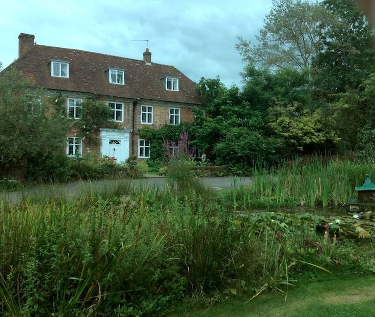 House in Alton, United Kingdom. Lovely 17C house in rural location easy access to market town of Alton and within an hour HeAthrow , Gatwick and London. Jane Austen visited often -her house and  Selborne  within 10 minute drive. Historic Winchester also a few miles away . separa...