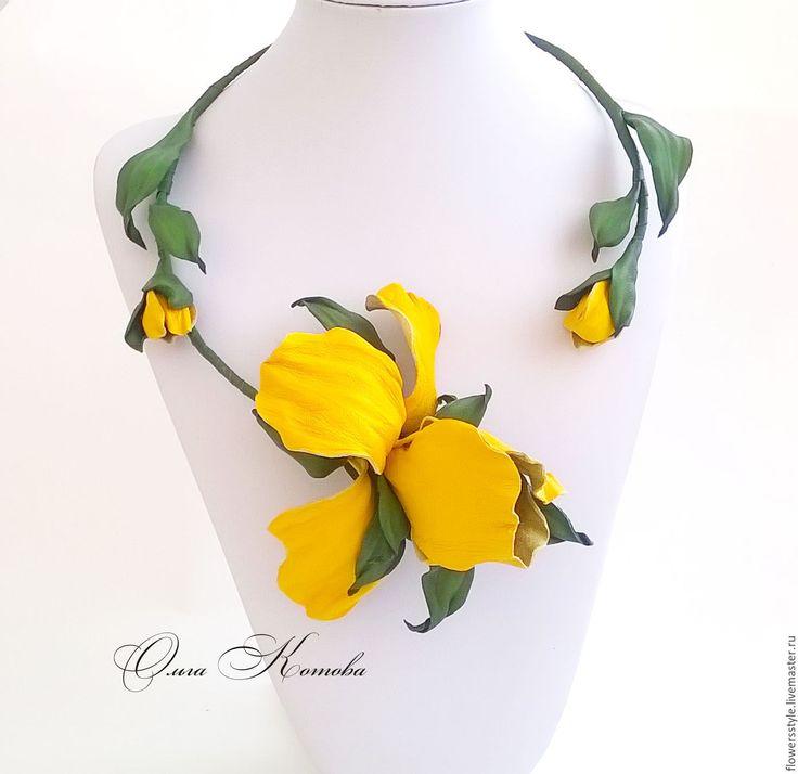 Купить Желтые ирисы Комплект украшений из кожи цветочное колье браслет цветы - желтый
