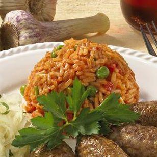 """Der serbische Djuvec-Reis - sprich: """"Dschuwetsch""""-Reis - ist ein würziger, roter Reis mit Paprika und Erbsen, der nach der Quellmethode gegart wird. Wir zeigen Schritt für Schritt, wie's geht."""