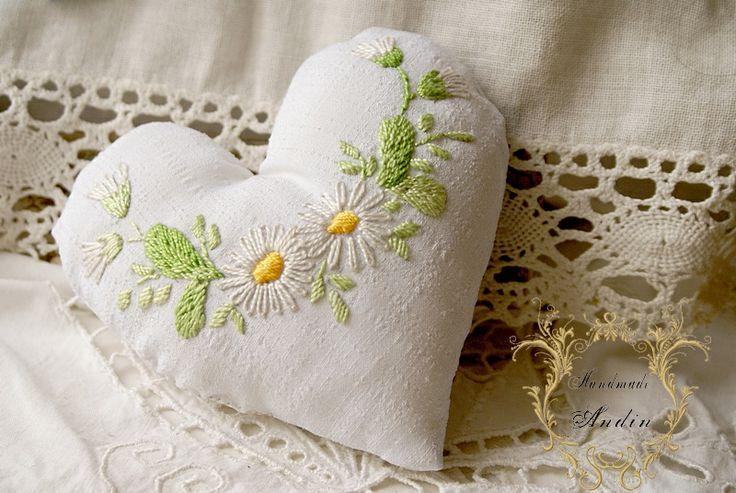 Pusťme jaro domů Sedmikráska, typická kytička jarních luk. Bavlněná ruční výšivka. Rozměr dekorace : šíře 12 cm, délka, 11 cm