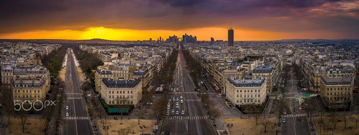Coucher de soleil sur la Défense à Paris vue de l'Arc de Triomphe de L'Etoile. Au 1er plan, l'avenue de la Grande Armée. Photographie réalisée grâce au centre des monuments nationaux et à l'administrateur de l'Arc de Triomphe.