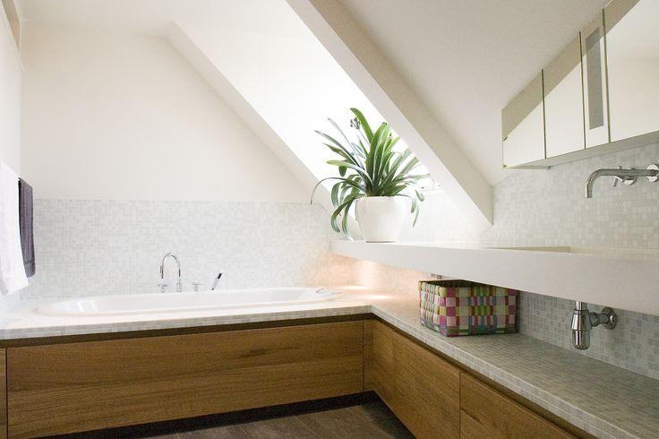 Een grootse badkamer in een kleine ruimte onder een schuin dak? Dat kan. Hubbers interieurmakers bedacht en maakte het mogelijk. Een spiegelkast boven het planchet met waskom weerkaatst de hemel. Excellent maatwerk zorgt ervoor dat je in bad wegdroomt in de wolken. In hetzelfde huis maakte Hubbers interieurmakers van de keuken een mooie woonkeuken met toegang tot terras en tuin.