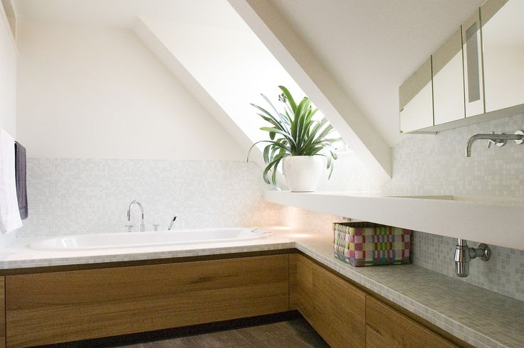 17 beste idee n over kleine ruimte badkamer op pinterest klein wonen badkamer opslag planken - Idee outs kamer bad onder het dak ...