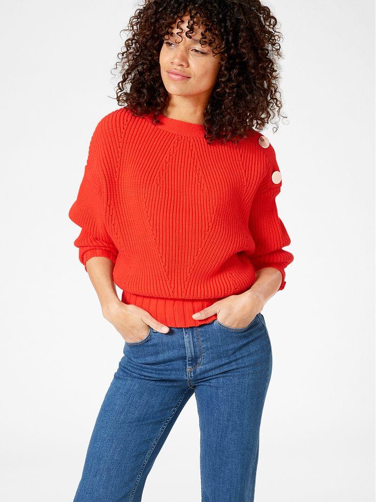 Lave skuldre og blanke metallknapper gjør denne grovstrikkede genseren moteriktig og kul. Den kortere passformen gjør den perfekt å dytte nedi en jeans med høyt liv.