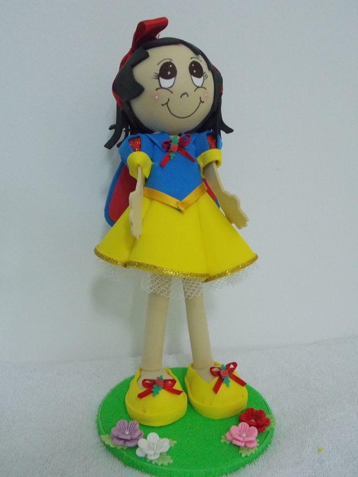 Boneca Fofucha em EVA da Princesa Branca de Neve Baby.  Ideal para enfeites de festa infantil.  Pode ser utilizado como centro de mesa.  Porta recado opcional para colocar tag personalizado.