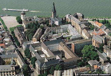 Luftbild der Düsseldorfer Altstadt zur Einstimmung auf das Thema >>> Düsseldorf entdecken <<<