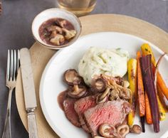Rosbief uit de oven met paddenstoelen-rozemarijnjus, regenboogworstelmix en zelfgemaakte aardappelpuree met gepofte knoflook en kruiden. Handig recept voor een grotere groep.