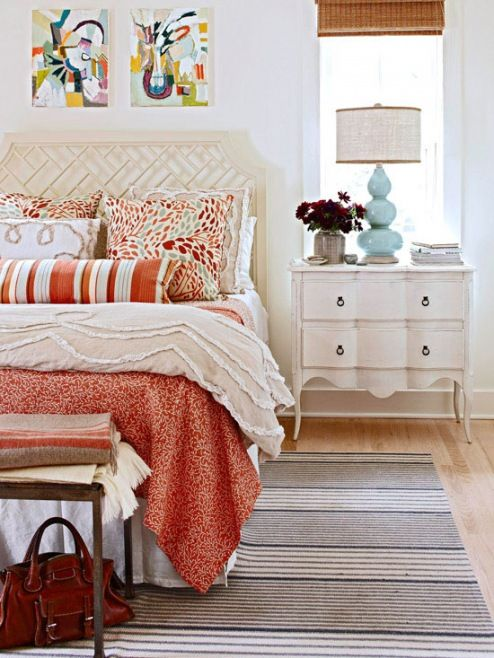 Yatak Odası Renk Seçimi - Turuncu + Aqua Mavi + Latte Beyaz   beyazın sıcak gölgesindeki nötr duvarlar ve mobilyalar, canlı turuncu ve su mavisi ile güzel bir fon oluşturabilir.