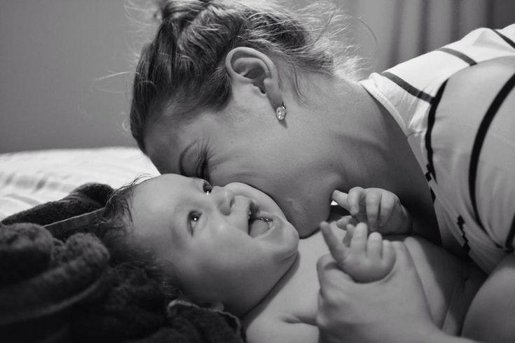 non, il n'y a pas d'âge où il devient acceptable de laisser Bébé pleurer seul! On ne laisse pas pleurer seul quelqu'un qui a besoin d'être soutenu, que ce soit à 3 mois, 3 ans ou 30 ans! L'autonomie saine ne s'acquiert pas en se retrouvant seul face à des ressentis ingérables pour un âge précoce, mais bien en puisant dans le sentiment de sécurité acquis au contact d'un parent répondant à son enfant avec sensibilité.