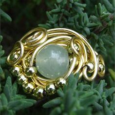 Bague perle ronde semi- précieuse aventurine verte clair fil aluminium  et perles doré