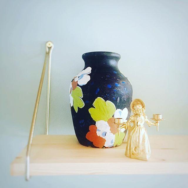 Mummolan tuntua ja sen muistoja. Pellosta löytynyt vaasi. Kultaisen tytön käsissä palaa edelleen joka joulu kynttilät. /...