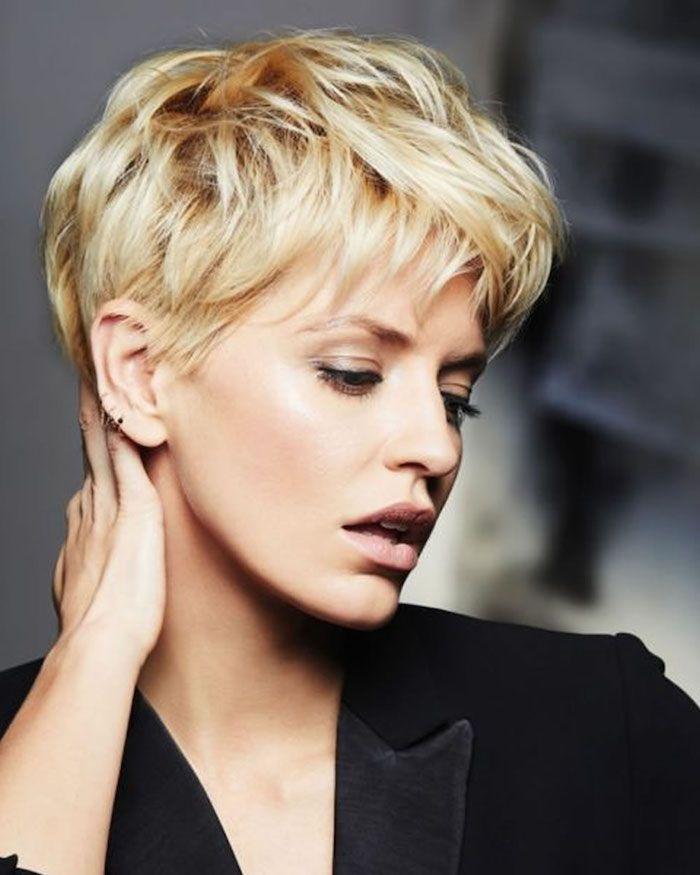 blonde kurze Haare, eine schwarze Jacke Frisur Kur…