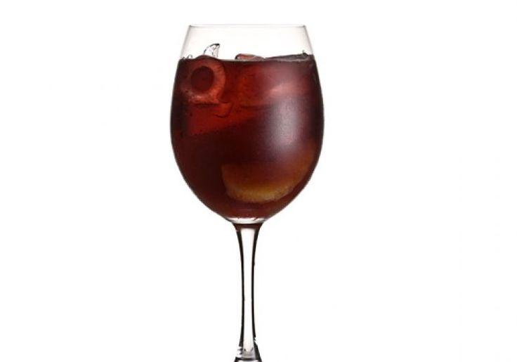Destaque nas mesas espanholas, a sangria nasce da mistura de algum vinho tinto com pedaços de frutas da estação e um pouco de açúcar.